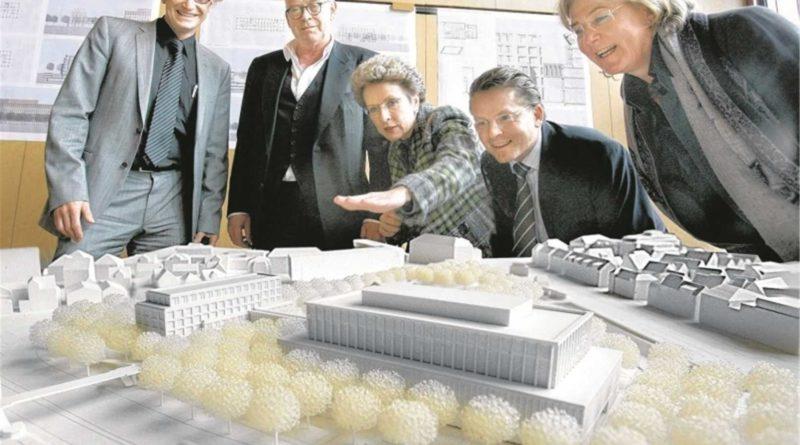 Modell des ursprünglich geplanten Hotelbaus, der sich der Stadthalle unterordnet
